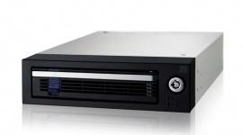 """Icy Dock DataCage Basic MB876SK-B - kieszeń do współpracy z dyskiem 3,5"""" BIZNES, IT i technologie - Icy Dock DataCage Basic MB876SK-B to pojedyncza kieszeń na dysk 3,5"""" SATA 6 Gb/s do zatoki 5.25"""". Jest przeznaczona do pracy w domowych i profesjonalnych środowiskach serwerowych, wymagających szybkiej wymiany dysków, bezpieczeństwa i niezawodnego, aktywnego chłodzenia."""
